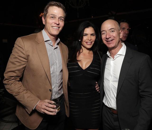 Jeff Bezos chụp ảnh cùng nhân tình và chồng của cô cũng là bạn thân lâu năm của ông.