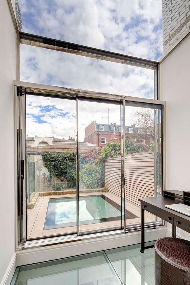 Toàn bộ không gian ngăn cách của ngôi nhà là sử dụng cửa kính dày đem lại hiệu quả hiện đại, bắt mắt cao.