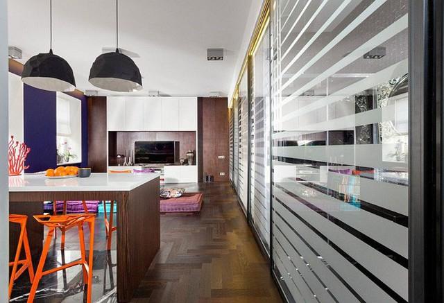 Quầy bếp và bàn ăn cuộn vào làm một trong căn hộ nhỏ đầy màu sắc.