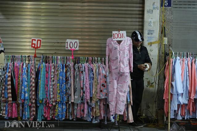 Đi trên các tuyến phố Hàng Ngang, Hàng Đào, Hàng Bông...dễ dàng bắt gặp nhan nhản các cửa hàng quần áo bày bàn rong trên vỉa hè với đủ các mức giá vô cùng hấp dẫn, chỉ từ vài chục đến hơn trăm nghìn đồng cho mỗi sản phẩm.