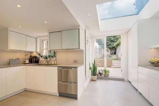 Cửa ra vào phòng bếp, ô thoáng hay trần nhà đều là một lớp kính trong veo. Bạn có thể vừa nấu ăn vừa ngắm trời mây quá tuyệt vời.