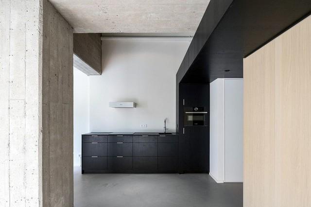 Tủ và kệ màu đen cho nhà bếp hiện đại khép kín.