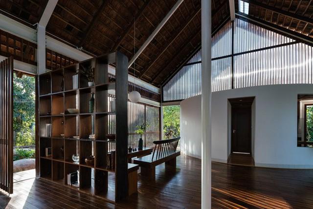 Một điều rất dễ nhận thấy là ngôi nhà sử dụng chất liệu gỗ cho hầu hết sàn nhà, hệ cửa, nội thất. Tuy nhiên nhờ thiết kế nội thất thông minh, những hệ cửa lùa luôn chào đón và thân thiện với tự nhiên mà tổng thể không hề bị cảm giác nặng nề.