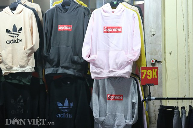 Thậm chỉ có những chiếc áo được giảm giá xuống dưới 100 nghìn đồng.