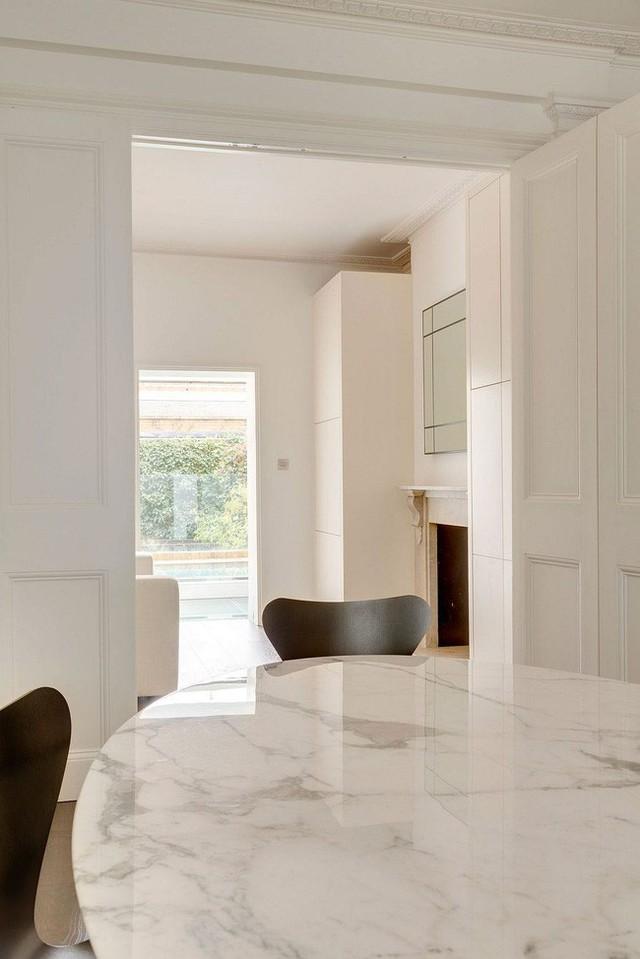 Sử dụng toàn bộ ngăn cách bằng cửa kính kết hợp với chất liệu gạch đá giúp ngôi nhà có nhiều ánh sáng tự nhiên, hơi thở tươi mát và thanh lịch.