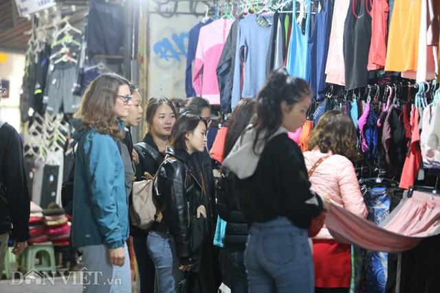 Không khí mua sắm Tết tại đây nhộn nhịp suốt cả ngày, đến tối vẫn đông đúc người tìm đến săn đồ giảm giá.