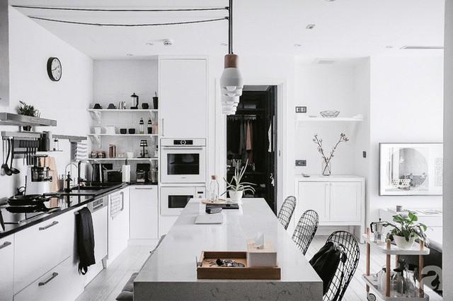 Góc bếp của gia chủ là người đam mê chụp ảnh ẩm thực cũng trở nên đặc biệt hơn với hệ thống tủ bếp màu trắng cùng thiết bị vật dụng cao cấp, hiện đại.