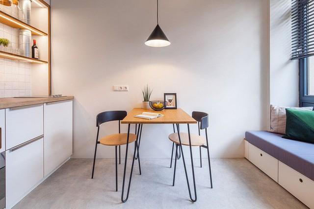 Căn hộ sinh viên không gian ăn uống nhỏ xíu giữa bếp nhỏ và khu vực sinh hoạt.