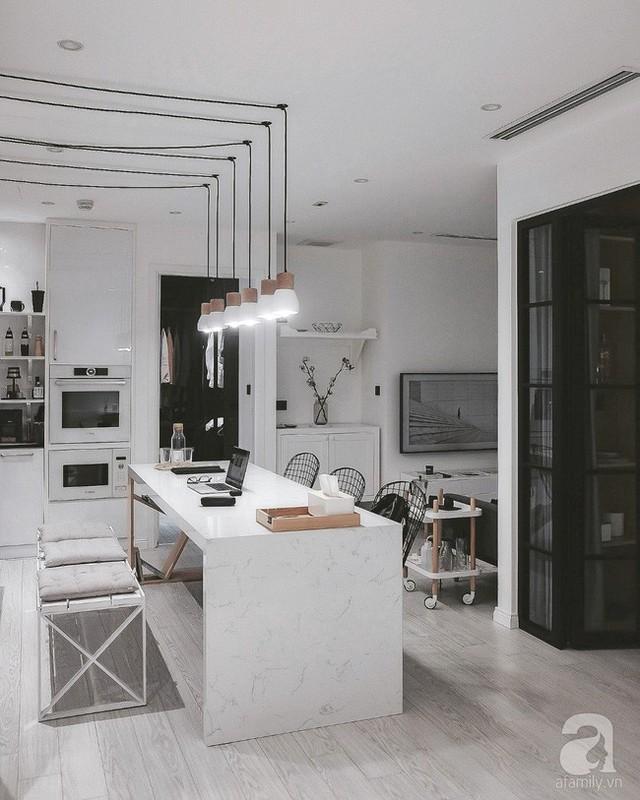 Đảo bếp được sử dụng đa năng, vừa làm bàn làm việc khi cần, vừa là bàn ăn vừa là nơi chuyện trò khi khách ghé thăm nhà.