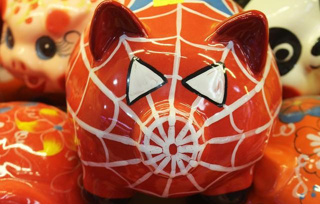 Chú heo sứ ngộ nghĩnh với họa tiết người nhện