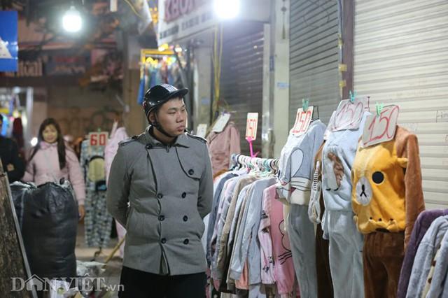 Cánh đàn ông cũng nhân dịp này đi mua sắm đồ cho vợ con diện Tết.
