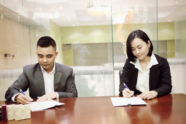 Ông Lê Văn Khương (GĐ M&M Việt Nam) ký kết đưa sản phẩm xuất khẩu quốc tế với đối tác