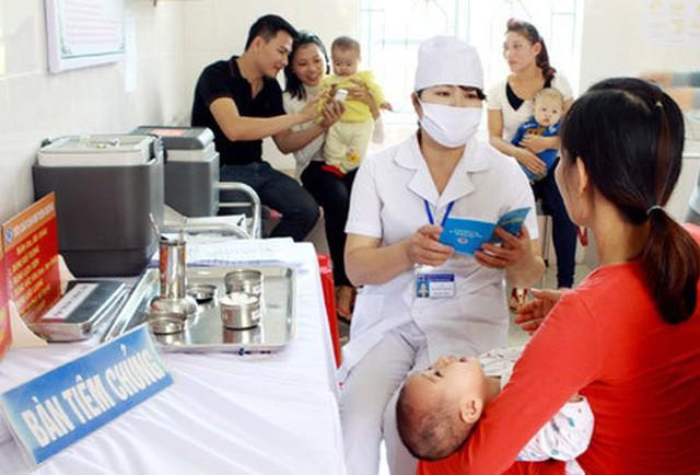 Bà mẹ cần lưu ý những hướng dẫn bảo đảm an toàn cho trẻ sau tiêm chủng. Ảnh: TCMR