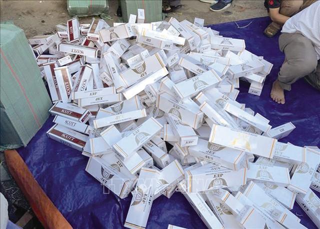 Cơ quan chức năng thu giữ 3.300 cây thuốc lá nhập lậu trên địa bàn TPHCM. Ảnh: TTX