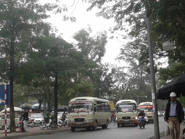 """Cảnh tượng xe khách nối đuôi nhau di chuyển với tốc độ """"rùa bò"""" vào 17h ngày 10/1 tại khu vực ngoài bến xe Gia Lâm. Ảnh: PV"""