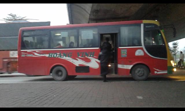 Nhà xe Hoàng Vinh trả khách giữa quốc lộ 5A đoạn dưới gầm cầu Vĩnh Tuy nơi có lưu lượng xe container, xe có trọng tải lớn lưu thông dày đặc.
