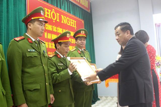 Tập thể Công an huyện Ninh Giang và 3 cá nhân được Chủ tịch UBND tỉnh Hải Dương tặng bằng khen. Ảnh: Đ.Tùy