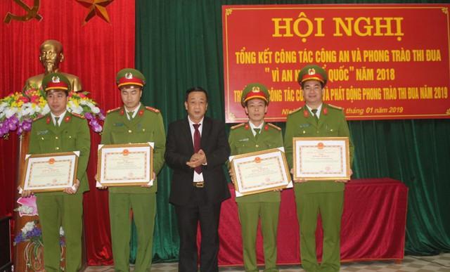 Tập thể Công an huyện Ninh Giang và 3 cá nhân được UBND tỉnh Hải Dương tặng Bằng khen khi khống chế đối tượng ngáo đá và giải cứu bé gái 3 tuổi tại xã Quang Hưng. Ảnh: Đ.Tùy