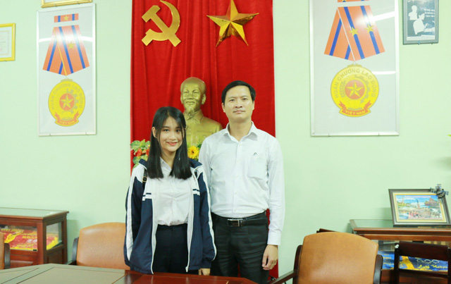 Em Lê Thị Phương Thảo cùng thầy Hiệu trưởng Ngô Đắc Dũng