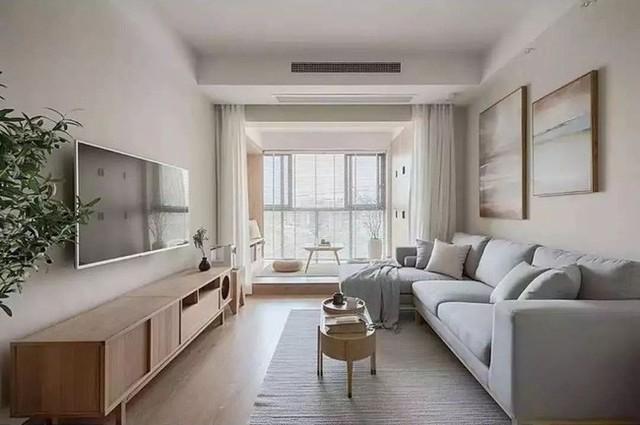 Ngôi nhà này có không gian phòng khách rộng rãi, thoải mái là nhờ cặp vợ chồng đã mở rộng phần ban công và loại bỏ bức tường ngăn cách.