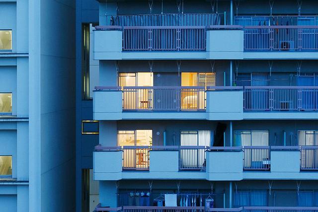 Gia chủ kết nối hai căn hộ của hai tầng liền nhau để tạo nên không gian sống rộng thoáng.