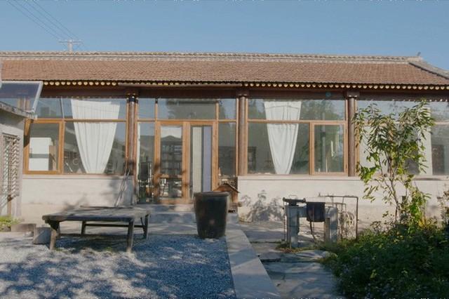Ngôi nhà được phá dỡ bớt tường để lắp kính và cải tạo khéo léo từng không gian.