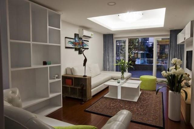 Phòng khách với gỗ sồi cây xanh, tranh ảnh và các vật dụng khiến bản hòa tấu nội thất trở nên sống động.