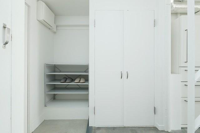 Không gian tầng 1 được bố trí lối vào, bếp nấu và phòng ăn. Căn hộ có ưu thế về chiều dài nhưng lại hẹp về chiều rộng nên mọi khu vực chức năng đều được bố trí khéo léo theo chiều dọc.