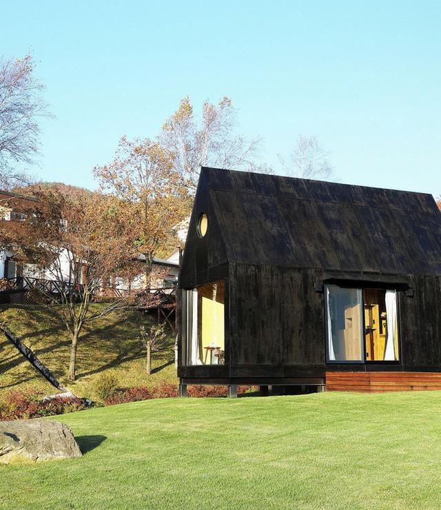 Thiết kế cửa 2 bên thoáng rộng giúp nhà nhỏ thoáng đãng hơn.
