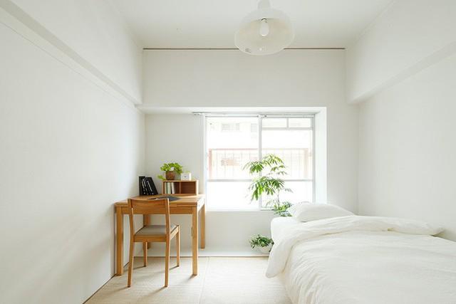Bên cạnh phòng khách là khu vực dành riêng cho phòng ngủ. Không gian nghỉ ngơi cũng được ưu ái với gam màu trắng nhằm mở rộng tối đa về mặt thị giác. Điểm nhấn của không gian sống đẹp hiện đại và tiện nghi đó là bàn làm việc màu gỗ ấm cúng và cây xanh dịu mát.
