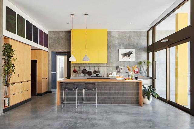 Cùng mang phong cách công nghiệp nhưng rõ ràng căn bếp này trông nữ tính mềm mại hơn nhiều.
