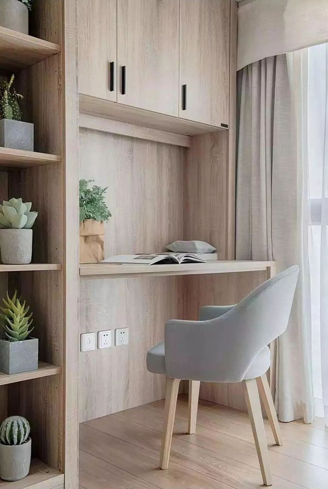 Một khu vực làm việc nhỏ được tối đa hóa trong chiếc tủ sát tường để tiết kiệm không gian.
