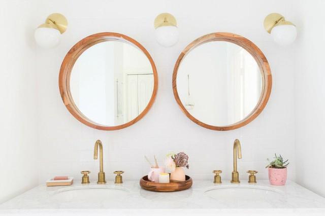 Những món phụ kiện mạ đồng mang đến vẻ thanh lịch và cũng rất tinh tế bên trong nhà tắm.