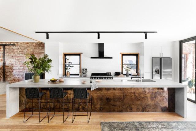 Những chiếc đảo bếp hay bàn bếp kéo dài là một nét khá nổi bật của những căn bếp có phong cách công nghiệp.