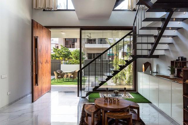 Với nhiều gia đình, không gian chào đón bạn ngay khi vừa mở cánh cửa nhà đó chính là căn bếp nhỏ vô cùng ấm cúng.