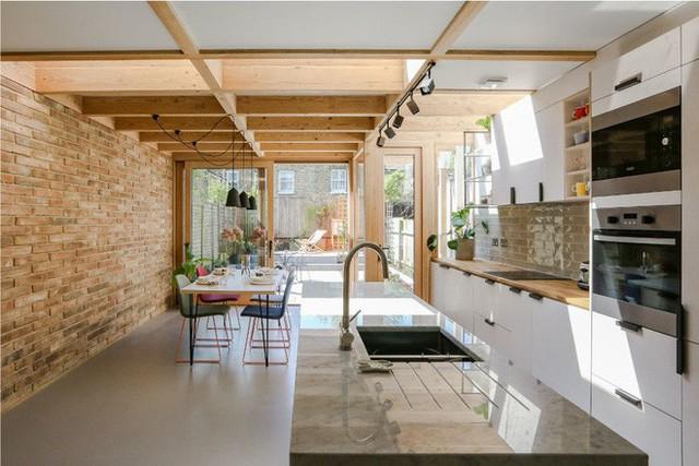Chẳng hẳn sẽ thích thú lắm khi bạn được sở hữu một căn bếp rộng rãi và tươi sáng như thế này.
