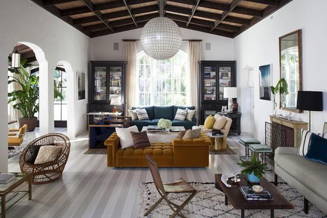 Mẫu đèn thả trần có kích thước lớn cân đối với không gian phòng khách gia đình.