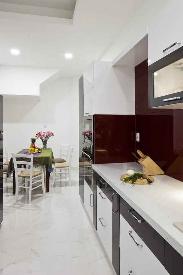 Bếp ăn được thiết kế với đường nét tinh gọn, hiện đại cùng tông màu trắng chủ đạo, mang đến không gian gọn gàng.