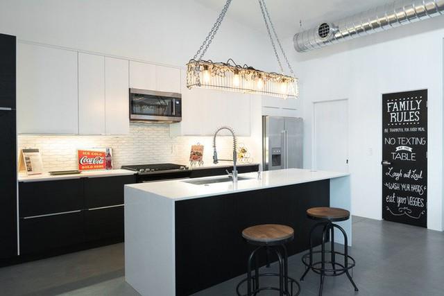 Cùng với thời gian, đồ nội thất trong những căn bếp mang phong cách công nghiệp cũng trở nên hiện đại và tinh tế hơn, mang đến tính thẩm mỹ cao hơn cho cả căn phòng.