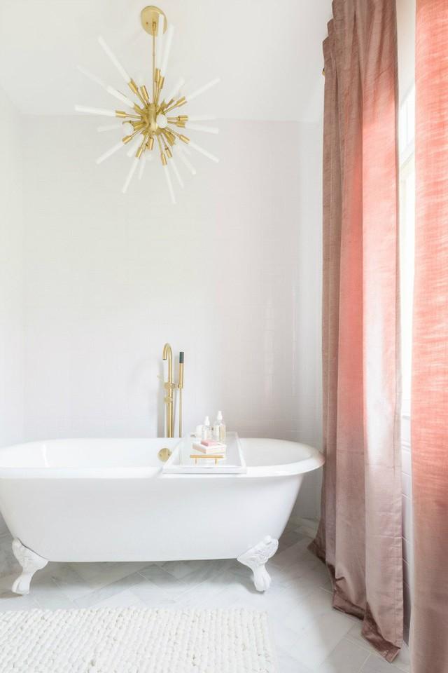 Phòng tắm cũng được điểm tô với sắc hồng của bộ rèm cửa đẹp mắt.