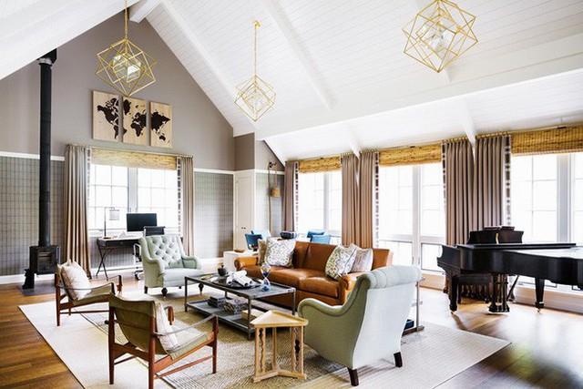 Bộ đèn thả trần thiết kế theo cảm hứng hình học giúp mang đến vẻ đẹp hiện đại cho căn phòng khách.
