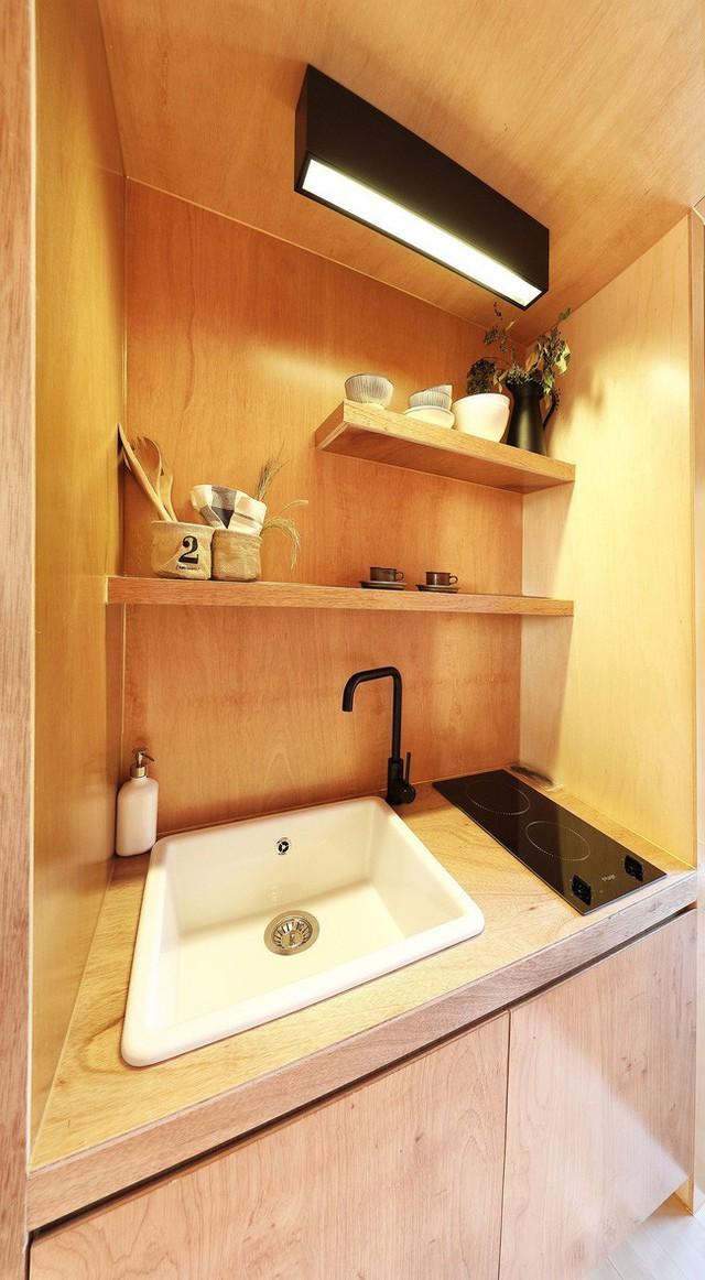Bồn rửa, khu vực nhà bếp và tủ kệ thông minh được đặt cẩn thận để tạo ra một nhà bếp đa chức năng.