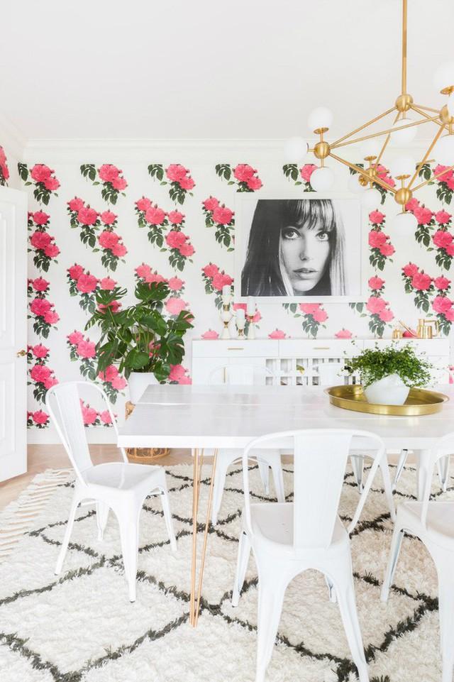Không phải là những mảng tường hồng, nhà ăn của căn hộ trông vô cùng sinh động với kiểu giấy dán tường hoa hồng.