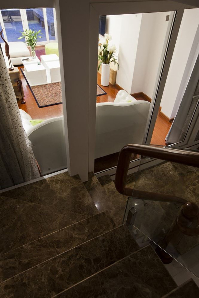 Gam màu trắng kết hợp màu của gỗ xuyên suốt từ các chi tiết như tay vịn cầu thang nền nhà.