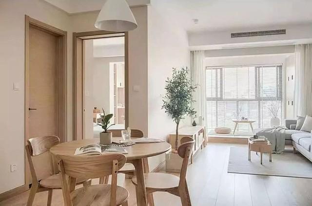 Người Trung Quốc quan tâm nhiều đến cảm giác ngồi quây quần ăn cơm bên gia đình nên một thiết kế bàn tròn được lựa chọn. Với chất liệu gỗ tối màu mang lại cảm giác ấm cúng cho bữa ăn.