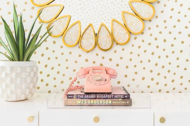 Ngay cả đến những món đồ dùng nhỏ xinh bên trong căn hộ cũng mang sắc hồng pastel như thế này đây.