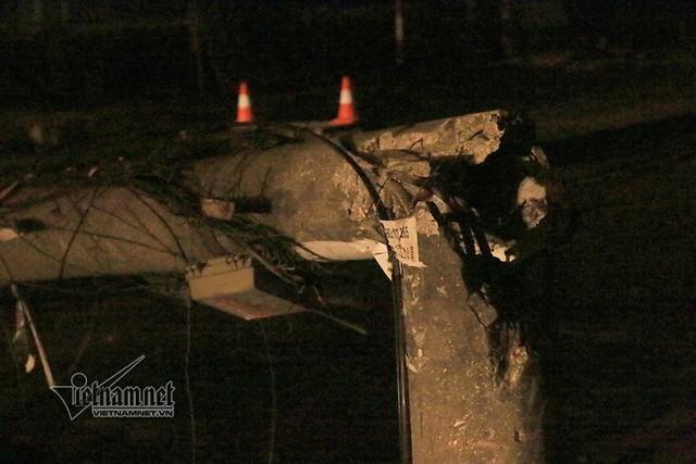 Cột điện bị gãy đôi sau khi bị xe bồn kéo đổ