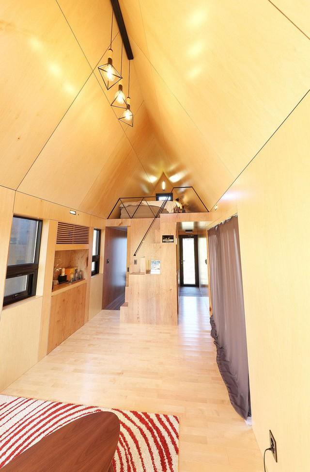 Ngôi nhà nhỏ với phòng ngủ trên gác xép bằng gỗ.