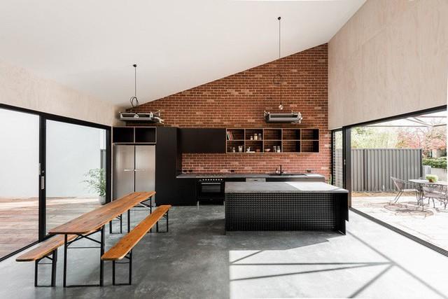 Những mảng tường gạch thô cũng là một nét đặc điểm dễ nhận thấy trong phong cách công nghiệp.