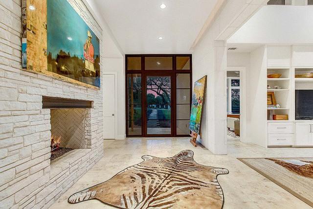 Những bức tranh nghệ thuật là một trong những lựa chọn quen thuộc của nhiều gia đình dành cho lối ra vào nhà.